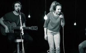Leslie Clio, Frischer Akustik Pop aus Köln: Seht Leslie Clio in der 1Live Session