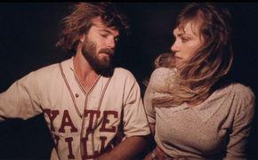 Angus & Julia Stone, Sanfte Klänge vor romantischer Kulisse: Seht das neue Angus & Julia Stone Video zu From The Stalls