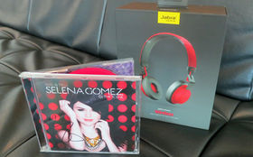 Selena Gomez, Happy Birthday Selena Gomez: Gewinnt zum Geburtstag der Sängerin ein signierters Kiss & Tell-Album sowie Kopfhörer von Jabra