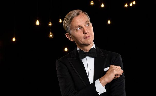 Max Raabe, Großes Thema - große Musik. Max Raabe führt durch die Operngala zu Gunsten der Deutschen AIDS Stiftung auf 3Sat