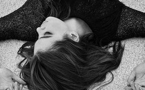Hailee Steinfeld, Hailee Steinfeld ft. DNCE: Ihr neuer, bewegender Track Rock Bottom