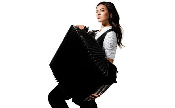 Ksenija Sidorova, Akkordeon-Virtuosin Ksenija Sidorova unterzeichnet Exklusivvertrag mit Deutsche Grammophon