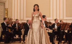 Aida Garifullina, Klassikstar im Kino - Aida Garifullina spielt Lily Pons im Kinofilm Florence Foster Jenkins