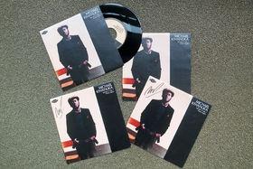 Michael Kiwanuka, Tell Me A Tale / Home Again: Gewinnt eine signierte Vinyl von Michael Kiwanuka