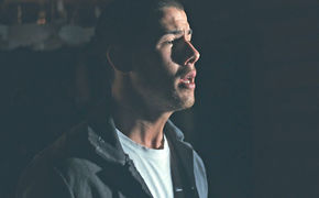 Nick Jonas, Selbstzerstörerisch: Nick Jonas präsentiert den dramatischen Clip zu Chainsaw