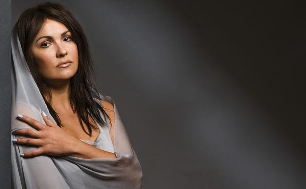 Anna Netrebko, Seidenschal von Chopard – Netrebkos neues Album in Super-Deluxe-Edition
