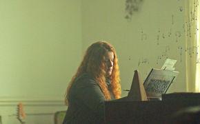 Frances, Zwischen den Zeilen: Frances' Video zur Single Say It Again ist eine süße Liebeserklärung