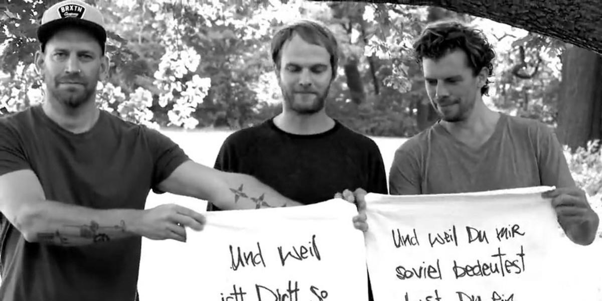 Lyric spiel mit mir lyrics : Sportfreunde Stiller | Video | Das Geschenk (Lyric Video)