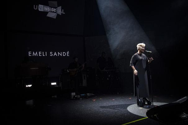 Emeli Sandé, Weltpremiere bei Universal Inside 2016: Emeli Sandé performt ihren Track Hurts