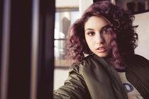 Alessia Cara, Alessia Cara erhält Gold für Scars To Your Beautiful ++ Deutsche Videoclip-Version jetzt ansehen