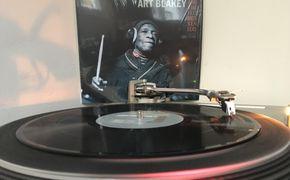 JazzEcho-Plattenteller, Der alte Mann und das Schlagzeug - Tony Allen trommelt Art Blakey