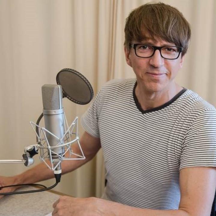 Der Erzähler unserer Nils Holgersson-Hörspiele Rainer Fritzsche bei den Sprachaufnahmen im September 2017 in Berlin.