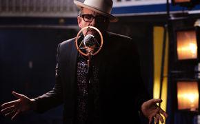 Elvis Costello, Aus Film Stars Don't Die in Liverpool: Elvis Costello zeigt You Shouldn't Look At Me That Way
