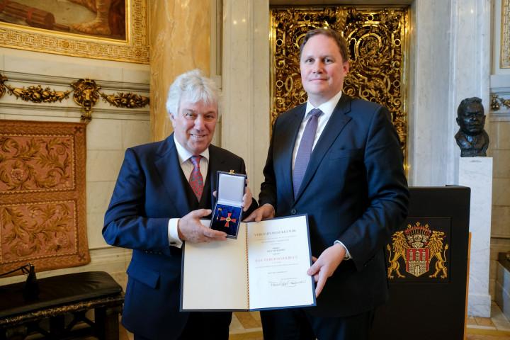 Rolf Zuckowski wird mit dem Bundesverdienstkreuz 1. Klasse ausgezeichnet