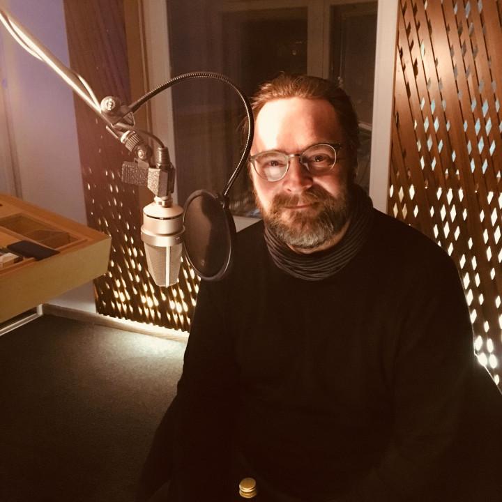 """David Nathan als """"Tony Bishop"""" bei den Sprachaufnahmen für die Jack Slaughter – Tochter des Lichts Hörspielfolgen 21–24 im Dezember 2018. (STIL Studio, Berlin)"""