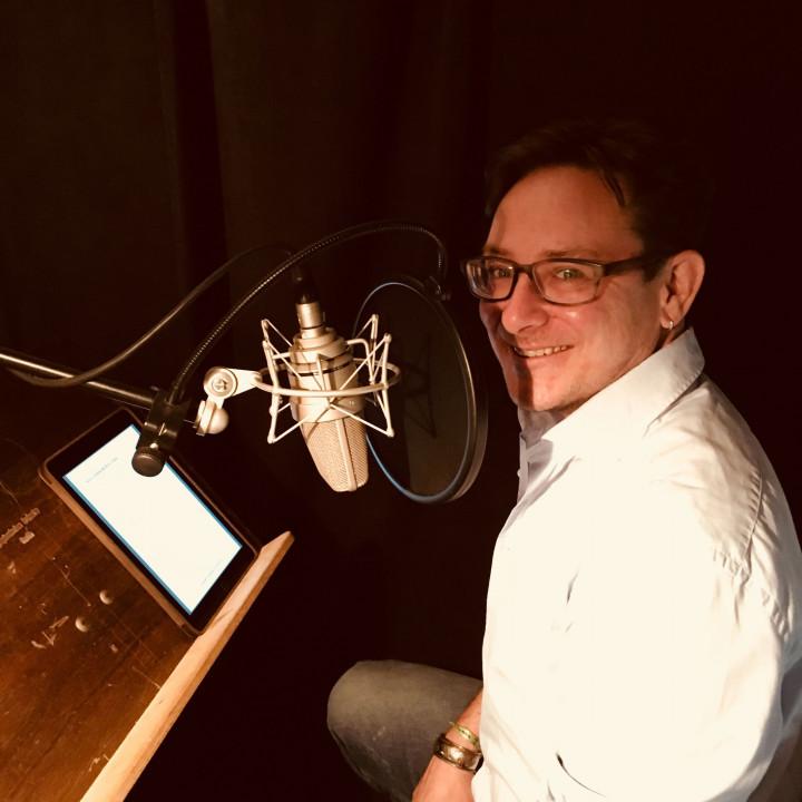 """Simon Jäger als """"Jack Slaughter"""" bei den Sprachaufnahmen für die Jack Slaughter – Tochter des Lichts Hörspielfolgen 21–24 im Dezember 2018. (STIL Studio, Berlin)"""