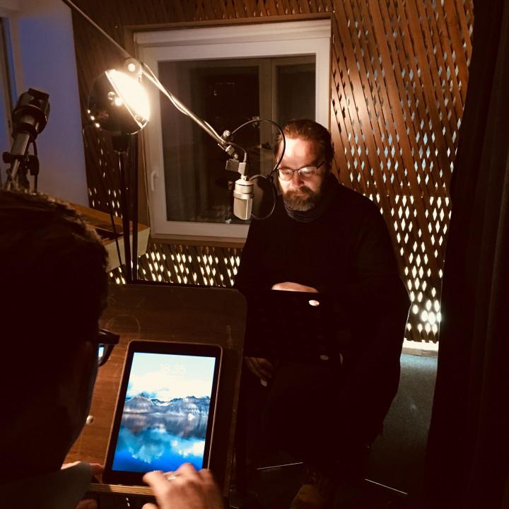"""Simon Jäger als """"Jack Slaughter"""" und David Nathan als """"Tony Bishop"""" bei den Sprachaufnahmen für die Jack Slaughter—Tochter des Lichts Hörspielfolgen 21–24 im Dezember 2018. (STIL Studio, Berlin)"""