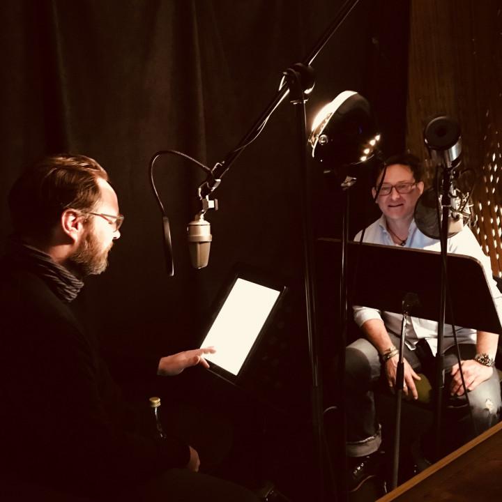"""David Nathan als """"Tony Bishop"""" und Simon Jäger als """"Jack Slaughter"""" bei den Sprachaufnahmen für die Jack Slaughter – Tochter des Lichts Hörspielfolgen 21–24 im Dezember 2018. (STIL Studio, Berlin)"""
