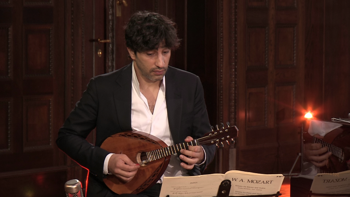 Avi Avital & Ohad Ben-Ari – Mozart: Violin Sonata No. 21 in E Minor, K 304, II. Tempo di Menuetto